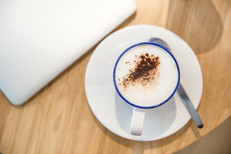 Laptop met verse kop van koffie, hoogste mening royalty-vrije stock foto