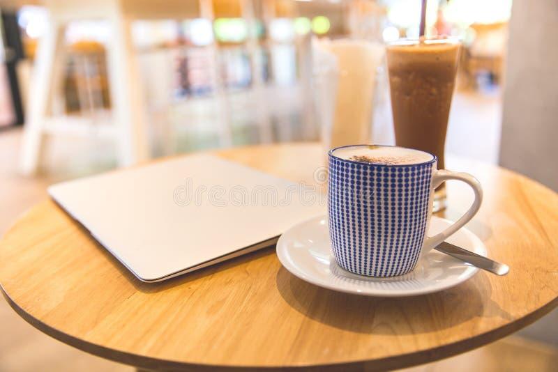 Laptop met verse kop van koffie, hoogste mening royalty-vrije stock foto's