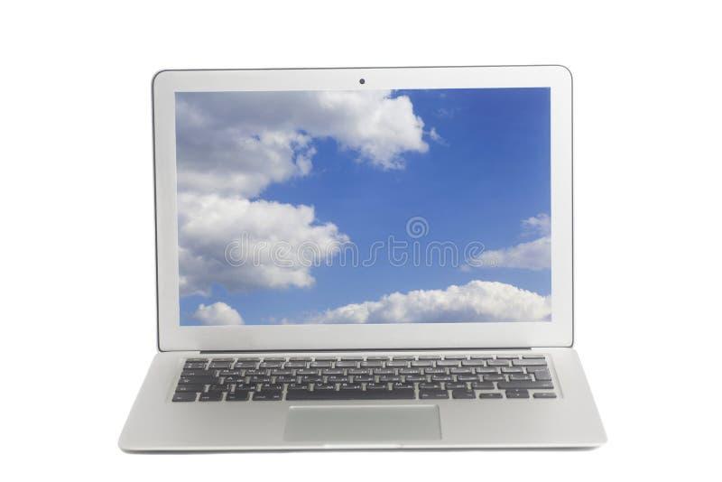 Laptop mit blauem Himmel und weißen Wolken auf Schirm stockfoto