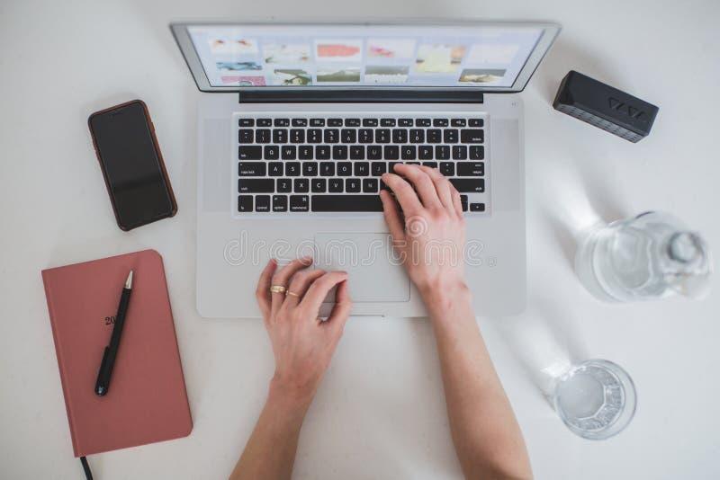 Laptop mit der Hand 1 getrennt
