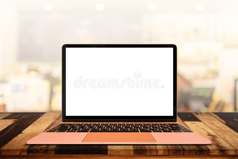 Laptop mit leerem Bildschirm auf Tabelle im Café lizenzfreie stockbilder