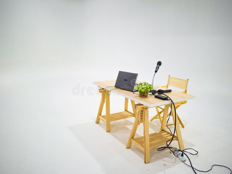Laptop mit Mikrofon und kleiner Baum auf hölzerner Lektortabelle stockbilder