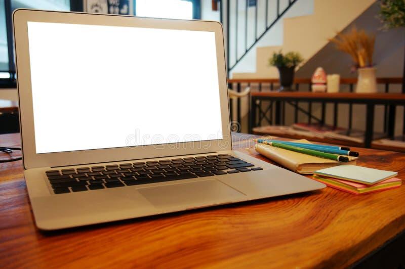 Laptop mit Spott herauf leeren Bildschirm auf Holztisch vor cof lizenzfreies stockbild