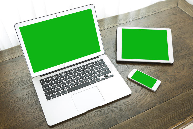 Laptop mit Tablette und intelligentem Telefon auf Tabelle stockfoto