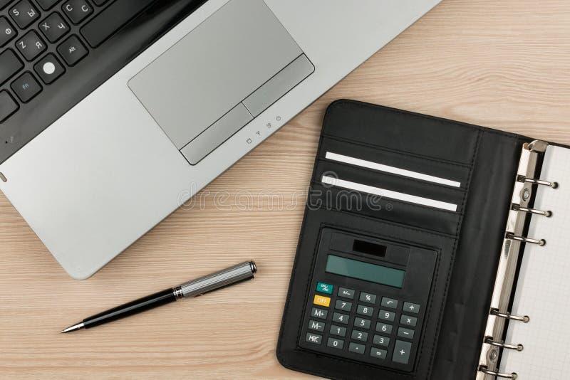 Laptop mit Tagebuch und Stift auf Holztisch stockfoto