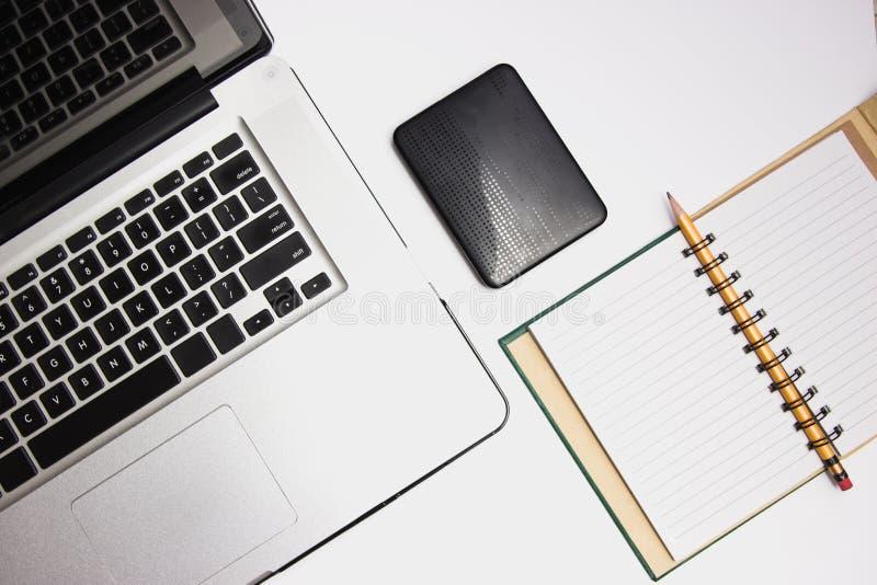 Laptop mit tragbarem Festplattenlaufwerk und Auflage stockfotos