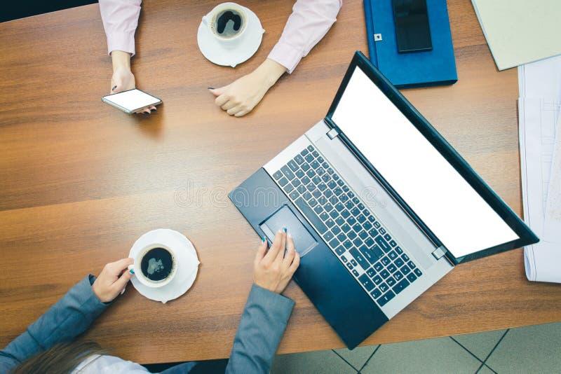 Laptop mit unbelegtem wei?em Bildschirm Ein Telefon mit einem leeren weißen Schirm Schreibtisch mit einem Laptop Die Ansicht von  stockfotos