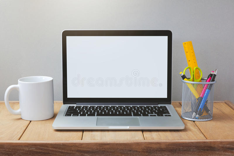 Laptop mit weißem Schirmspott herauf Schablone Schreibtisch mit Computer; Kaffeetasse und Stift stockfotos