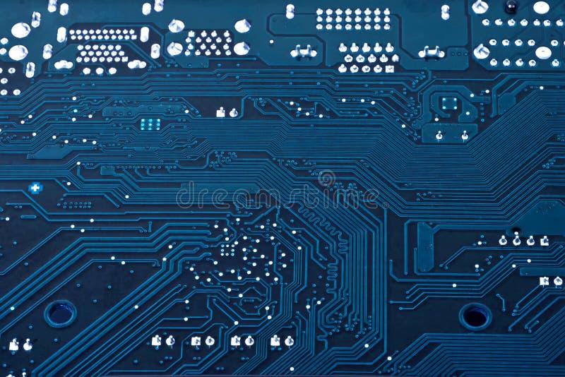 Laptop motherboard donkerblauwe achtergrond stock foto's