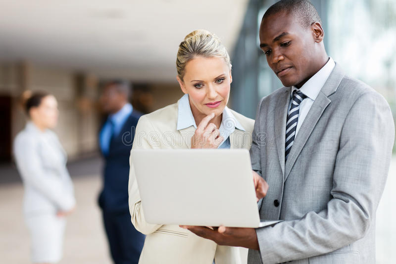 Laptop multirracial dos empresários fotos de stock