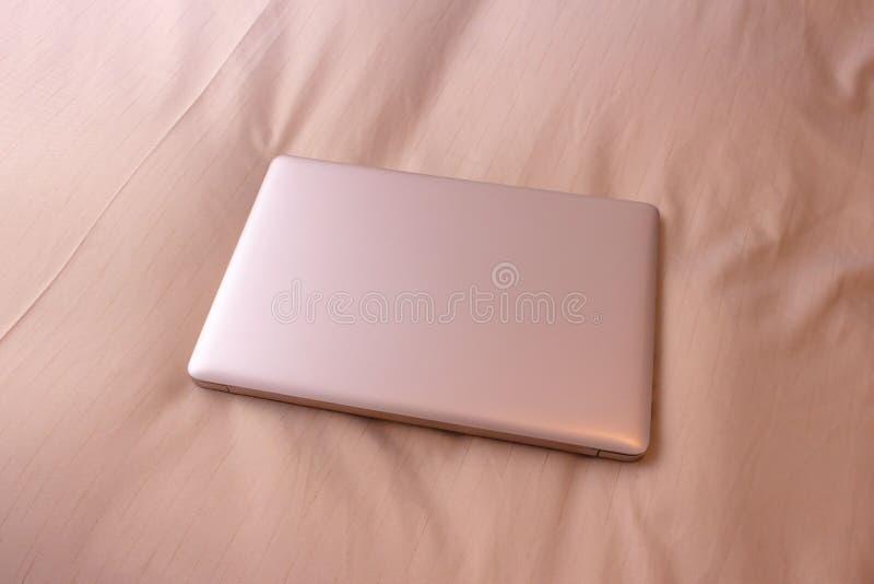 Laptop na łóżku, podróż służbowa fotografia stock