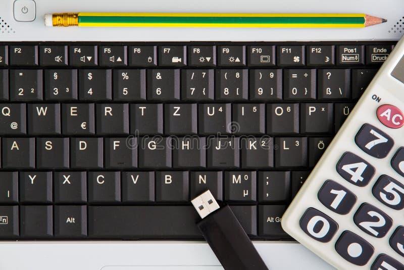 Laptop na mesa Calculadoras, vara da movimentação do flash de USB, imagens de stock royalty free