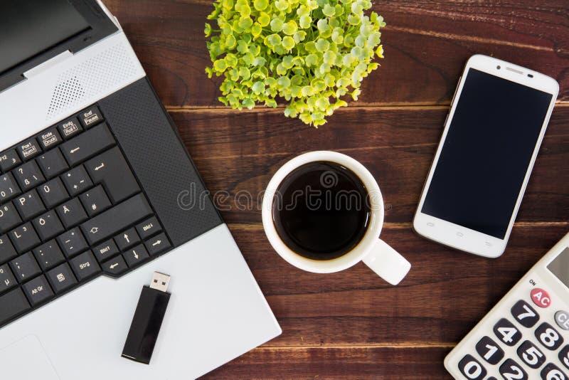 Laptop na mesa Calculadoras, vara da movimentação do flash de USB, fotografia de stock