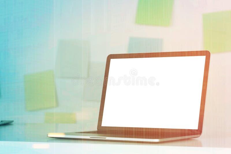 Laptop op bureau, kleverige gestemde nota's, vector illustratie