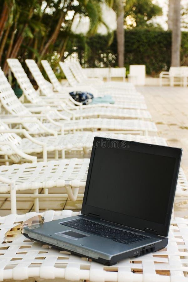 Laptop op een Vakantie stock afbeeldingen