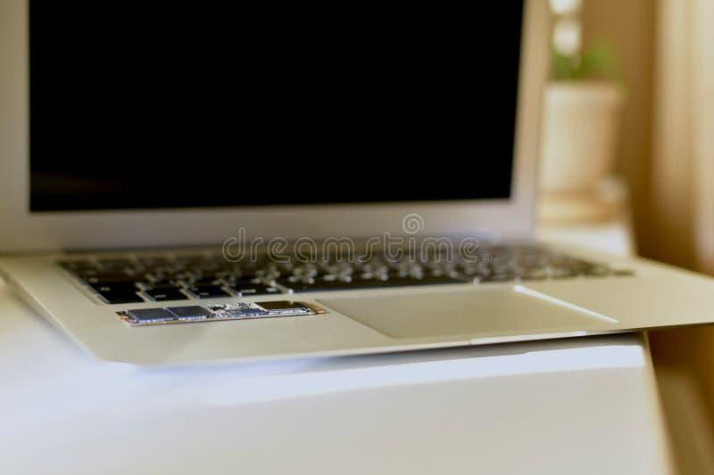 Laptop otwarty na pracy powierzchni przy kątem zdjęcie royalty free