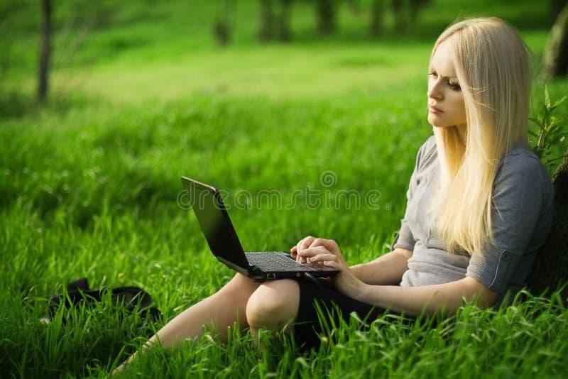 laptop piękna biznesowa kobieta obraz royalty free