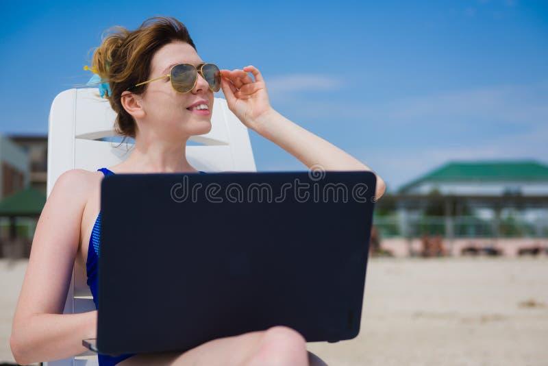 laptop plażowa kobieta zdjęcia stock