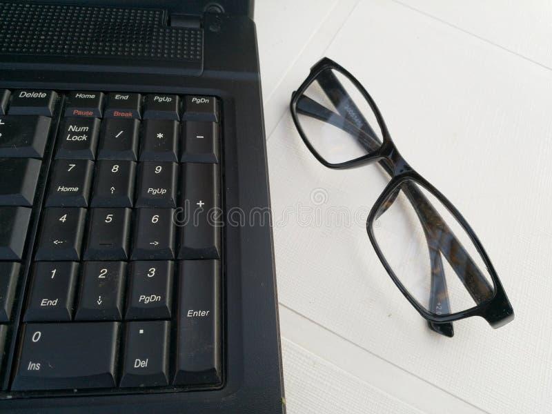 Laptop pracy stacja z specs obraz royalty free