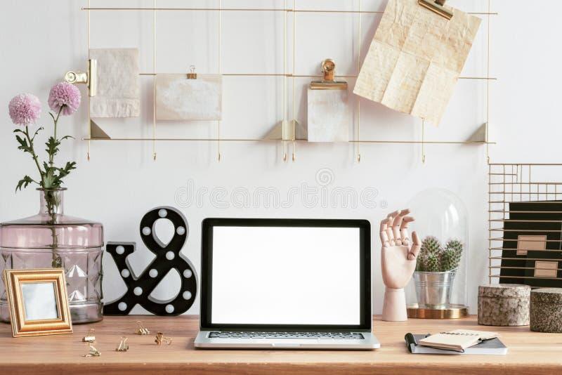 Laptop, Rahmenorganisator und Dekorationen lizenzfreies stockfoto