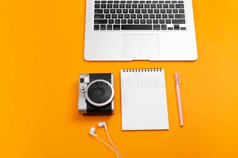 Laptop, roślina, materiały dostawy i kamera, obraz stock