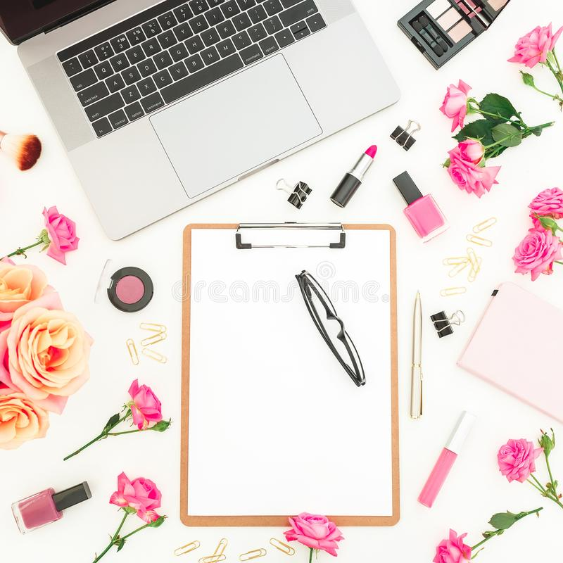 Laptop, schowek, kwiaty, kosmetyki i akcesoria na białym tle, Mieszkanie nieatutowy Odgórny widok Kobiecy freelancer skład zdjęcia royalty free