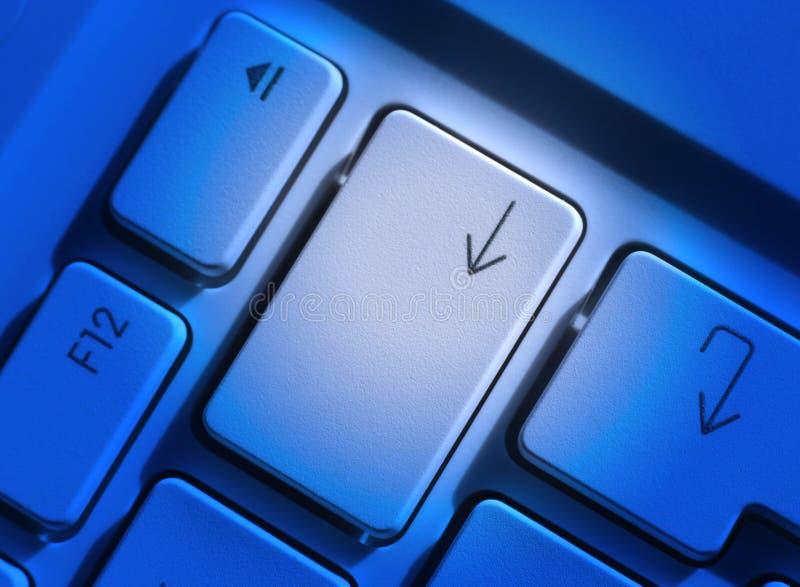 Laptop sleutels in blauw stock foto