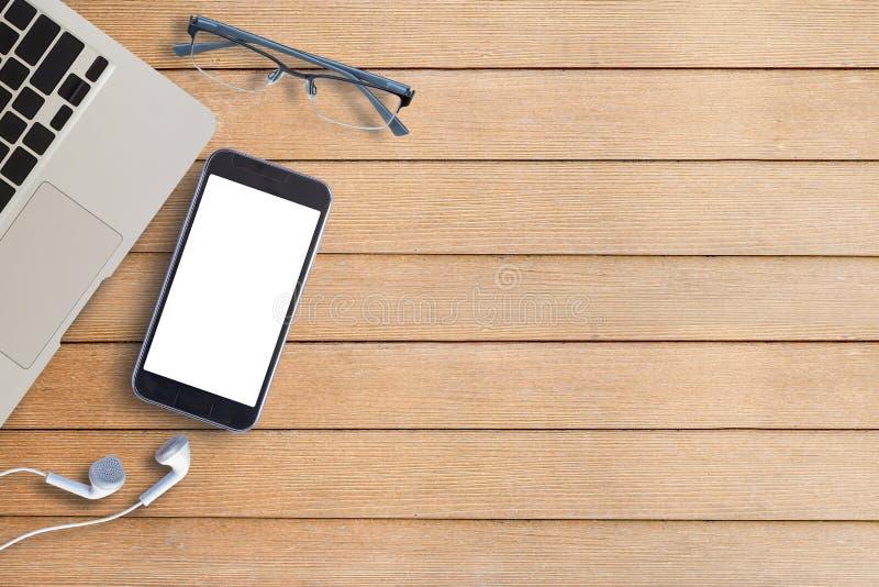 Laptop, szkła i mądrze telefon na drewnie, obrazy stock
