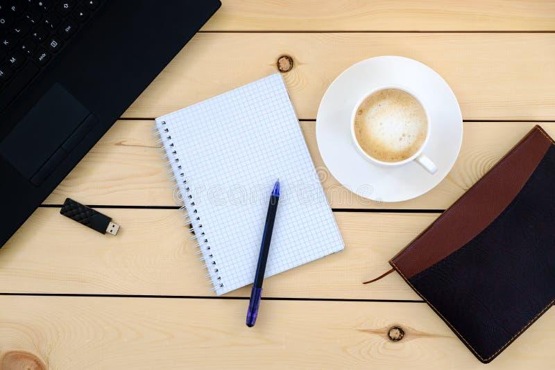 Laptop, tablet, agenda, kop van koffie - bedrijfsconcept stock fotografie