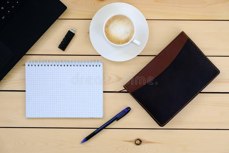 Laptop, tablet, agenda, kop van koffie - bedrijfsconcept stock afbeeldingen