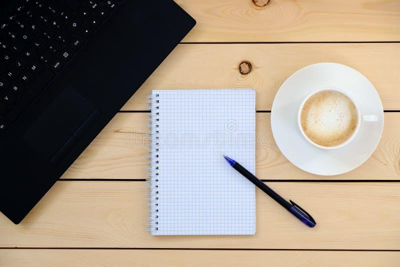 Laptop, tablet, pen, agenda, kop van koffie - bedrijfsconcept royalty-vrije stock foto