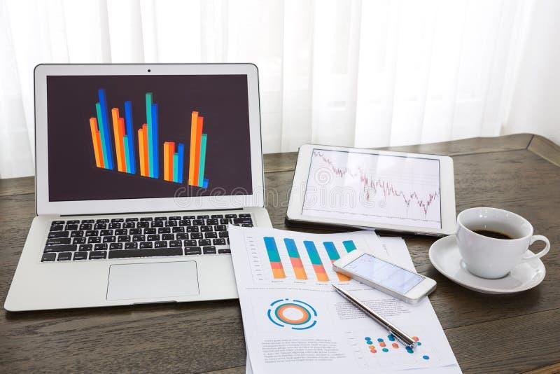 Laptop, tablet, smartphone met financiële documenten royalty-vrije stock foto