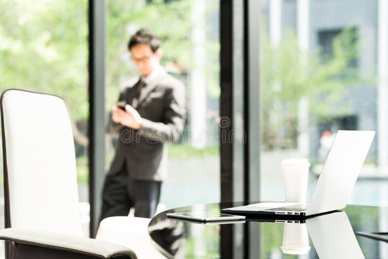 Laptop, tabuleta digital, e café na tabela do executivo ou do gerente no escritório moderno do homem de negócios ou do empresário imagens de stock