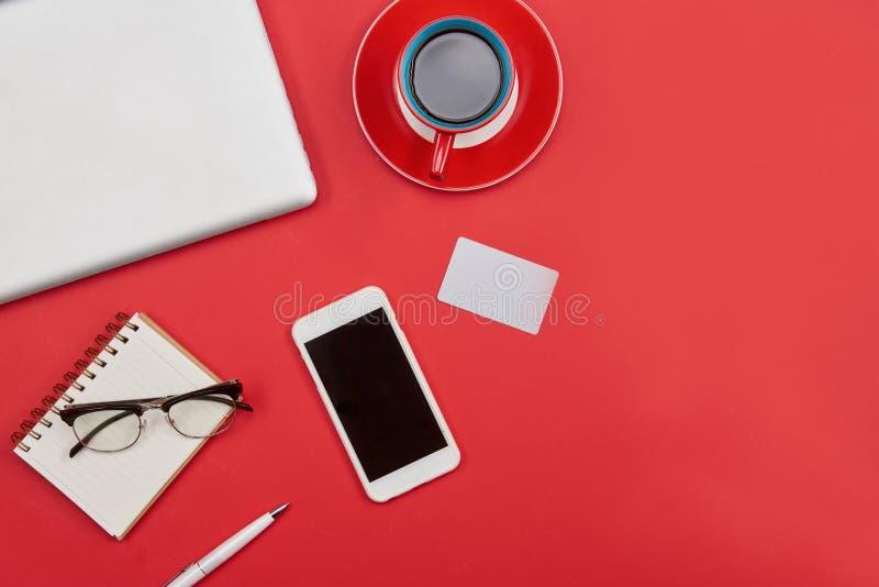 Laptop, Tasse Kaffee, Kreditkarte und intelligentes Telefon Draufsichtesprit lizenzfreies stockfoto