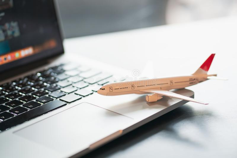 Laptop-Technologiekonzept der Reisefeiertagsferien reisendes, Reiseplanungskonzept lizenzfreie stockfotos