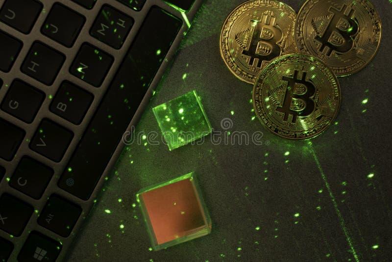 Laptop toetsenbord met bitcoins en prisma's stock afbeeldingen