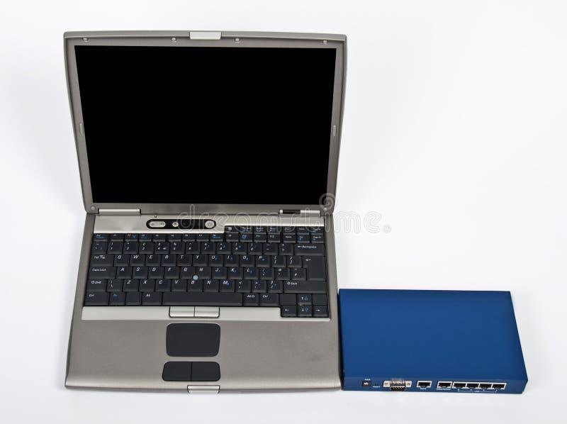 Laptop und Brandschott mit Ethernet schalten Weiß an stockbilder