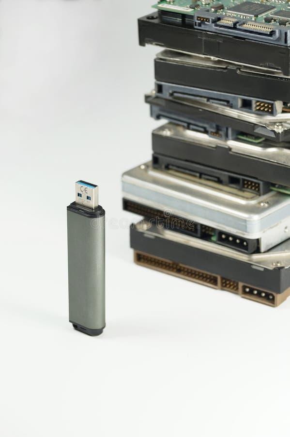 Laptop und CAB-Datei mit Ringmappen Pen Drive und Stapel klassische Festplattenlaufwerke im Hintergrund stockfotos