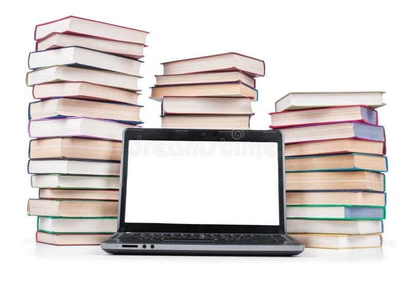 Laptop und ein Stapel alte Bücher stockbilder