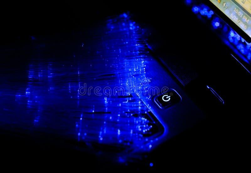 Laptop- und Faseroptik lizenzfreies stockbild