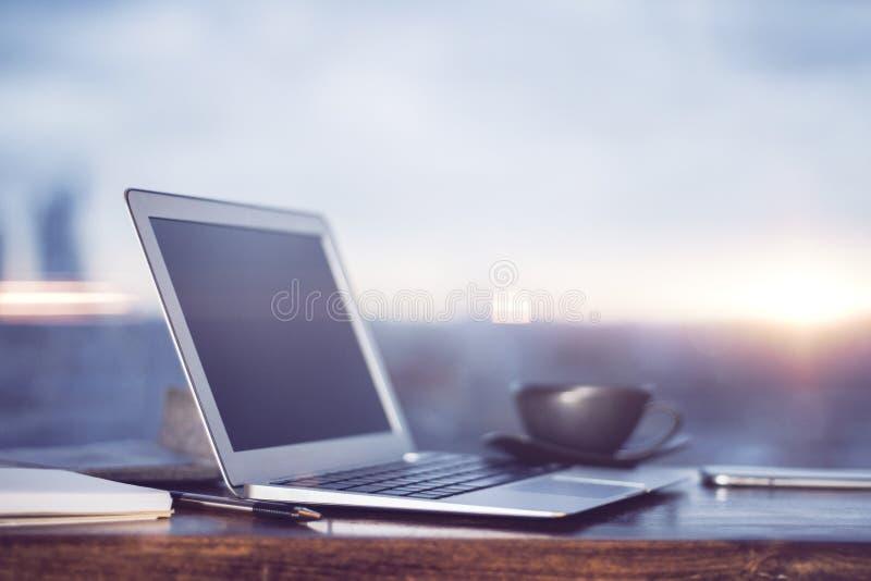 Laptop- und Kaffeetasse lizenzfreies stockfoto