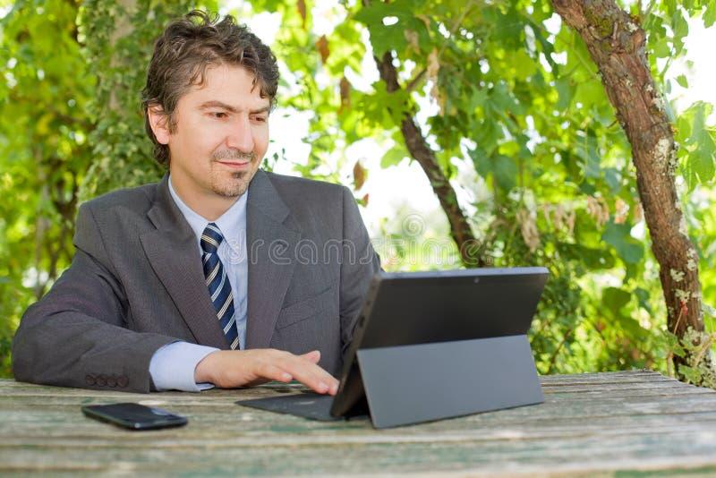 Laptop und Mobiltelefon auf einem weißen Hintergrund stockfoto