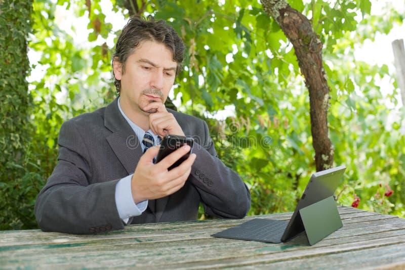 Laptop und Mobiltelefon auf einem weißen Hintergrund stockbilder