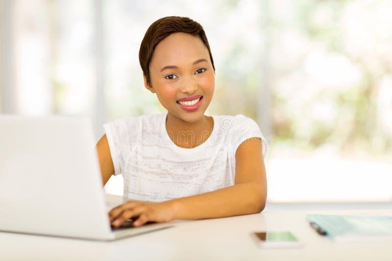 Laptop van de Afro Amerikaanse student stock afbeeldingen
