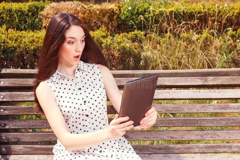 Laptop van de het meisjesholding van Nice jonge royalty-vrije stock afbeelding