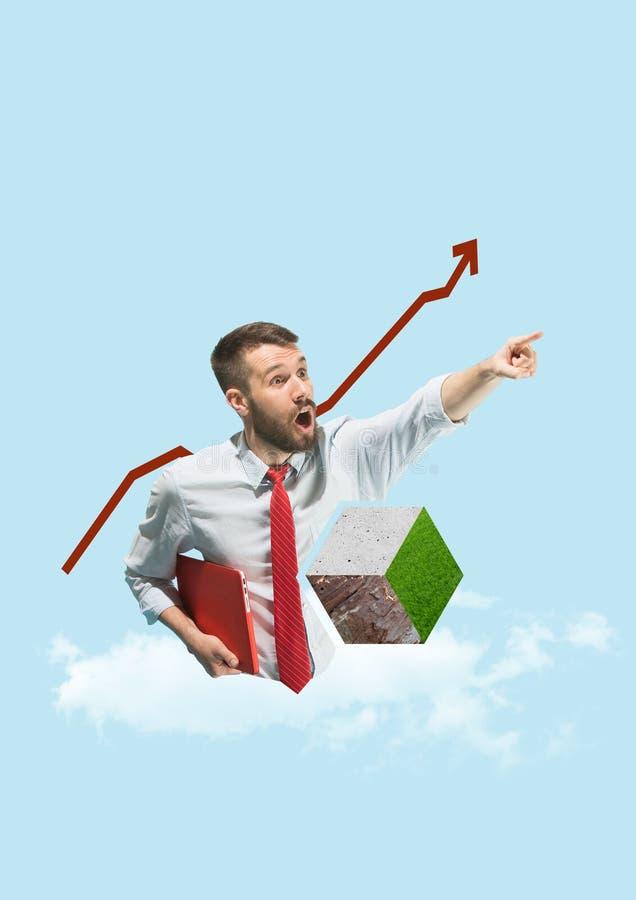 Laptop van de zakenmanholding en grafische lijn, start bedrijfsconcepten royalty-vrije stock foto