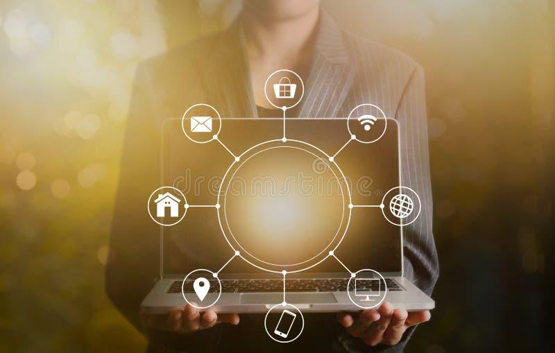 Laptop van de zakenmanholding multichanel online mededeling netw stock afbeelding