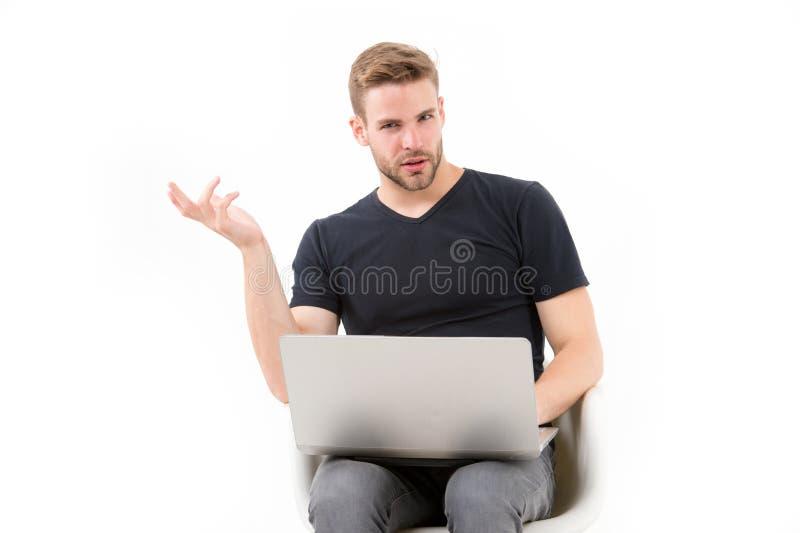 Laptop van het machogebruik op wit wordt geïsoleerd dat Mens met personal computer in vrijetijdskleding Behendige zaken en medede stock foto