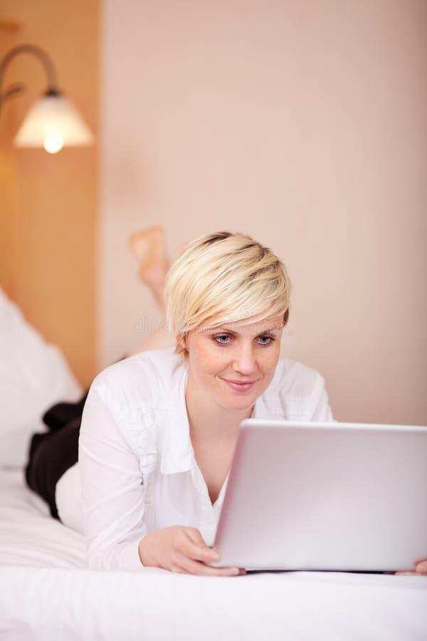 Laptop van onderneemsterreading on her royalty-vrije stock afbeeldingen