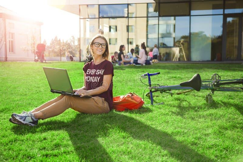 Laptop van studentenwoman with open stock foto's
